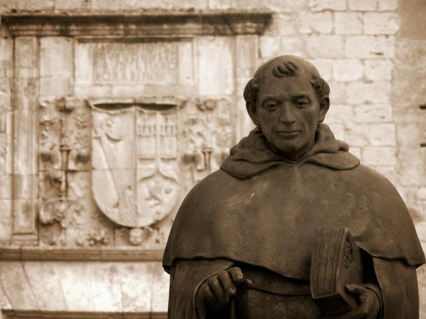 La statue de Tomas de Berlanga orne le devant des ruines du palais du marquis de Berlanga, dans la commune de Berlanga de Duero (Castille et Leon, Espagne).