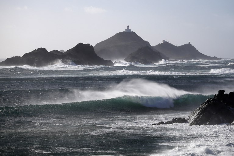La Corse en alerte rouge aux vents, première offensive de l'hiver sur le Massif central