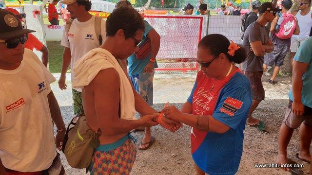 Une fois le parcours administratif terminé, un bracelet est remis à chaque équipage.