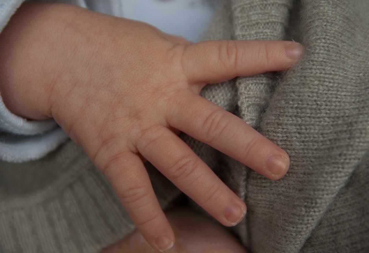Bébés sans main: un 8e cas identifié dans l'Ain