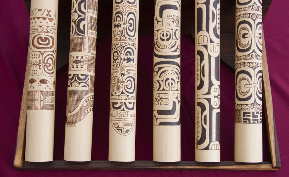 Les bambous gravés des Marquises, proches des bâtons gravés de l'île de Pâques. Si l'on ne peut pas parler d'écriture aux Marquises, peut-être que des contacts extérieurs à l'île de Pâques ont permis aux Pascuans de franchir le pas et de concevoir, à partir de leurs symboles, une véritable écriture…