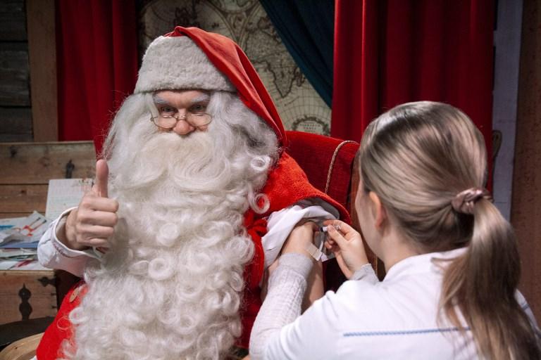 Le Père Noël se fait vacciner contre la grippe en Laponie