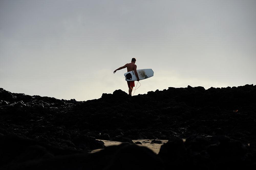 Australie: Un surfeur repousse un requin à coups de planche