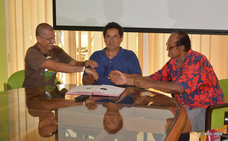 Les communes de Punaauia et de Paea ont signé une convention avec la SOP Manu pour aider à la protection du Monarque de Tahiti contre les espèces invasives. (à gauche Roberto Luta, président de la SOP manu, au milieu Simplicio Lissant, maire de Punaauia, et à droite Bertho Roomataaroa, du conseil municipal de Paea)