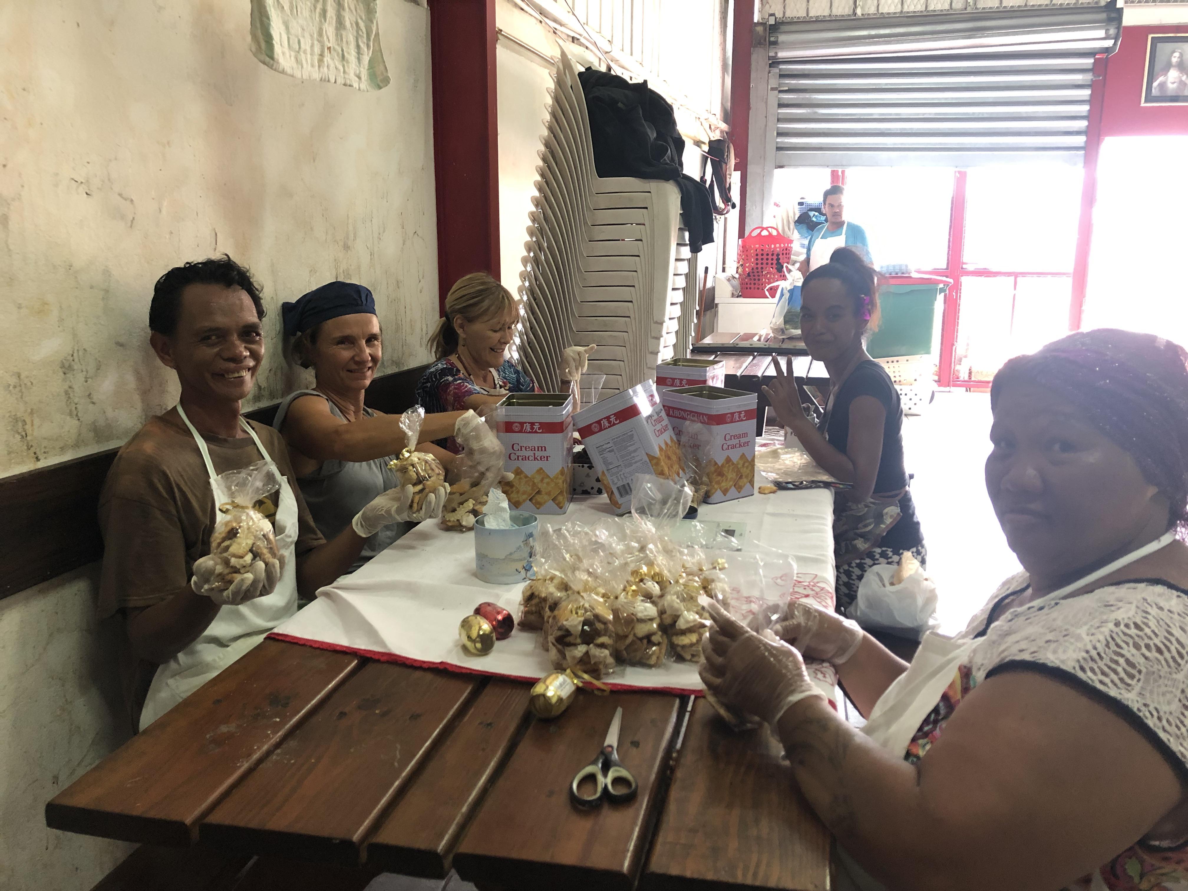 Ce jeudi de petites mains s'activaient encore à l'accueil Te Vai'ete à Vaininiore, pour la préparation de la kermesse.