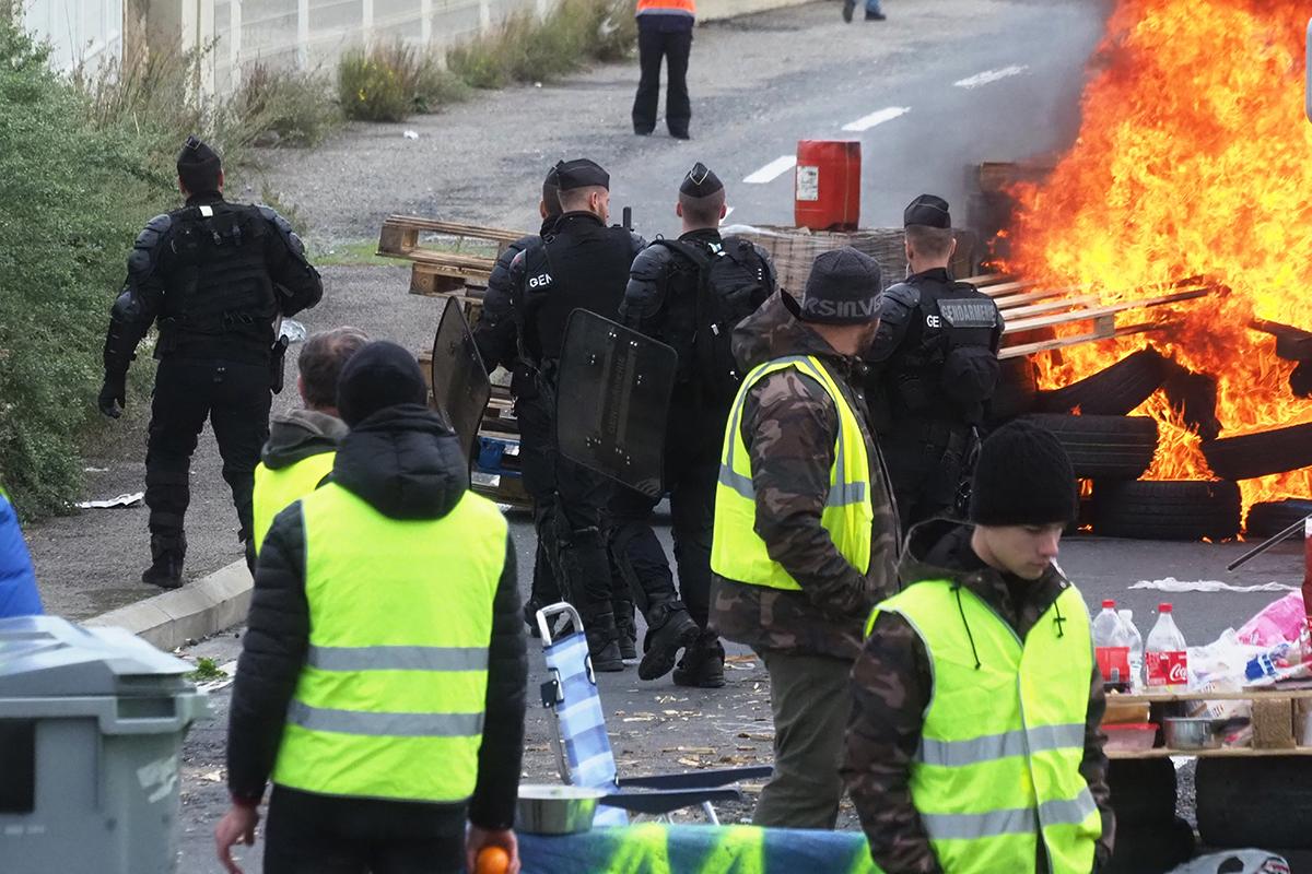 """Les """"gilets jaunes"""" poursuivent leurs actions, Macron appelle au """"dialogue"""""""