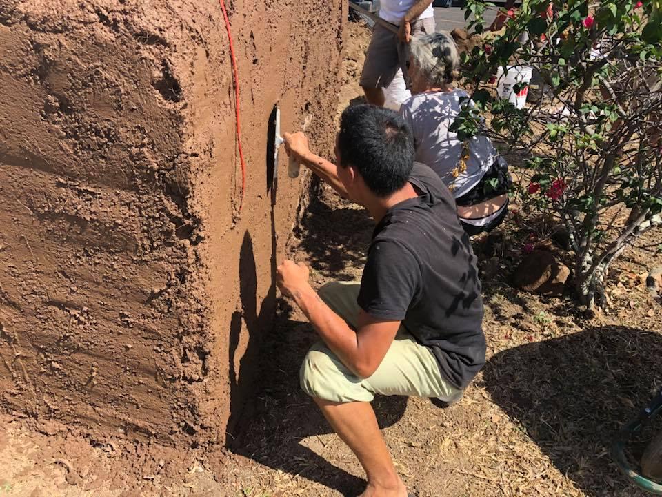 Construire grâce à des sacs de terre