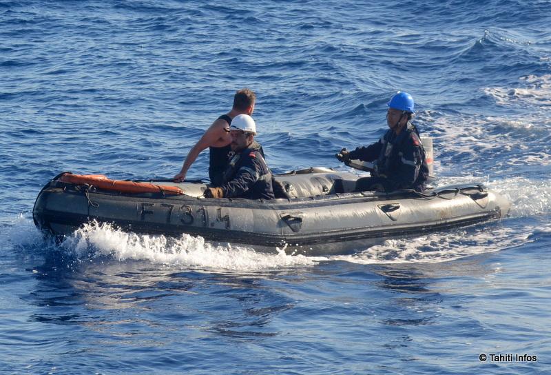 Tehaapapa conduisant un Zodiak pour un exercice de secours d'un homme à la mer