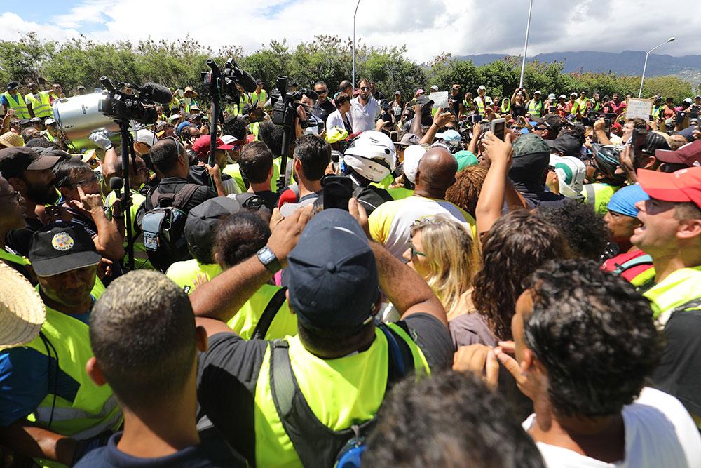 """La Réunion: la ministre exfiltrée d'une rencontre tendue avec des """"gilets jaunes"""""""