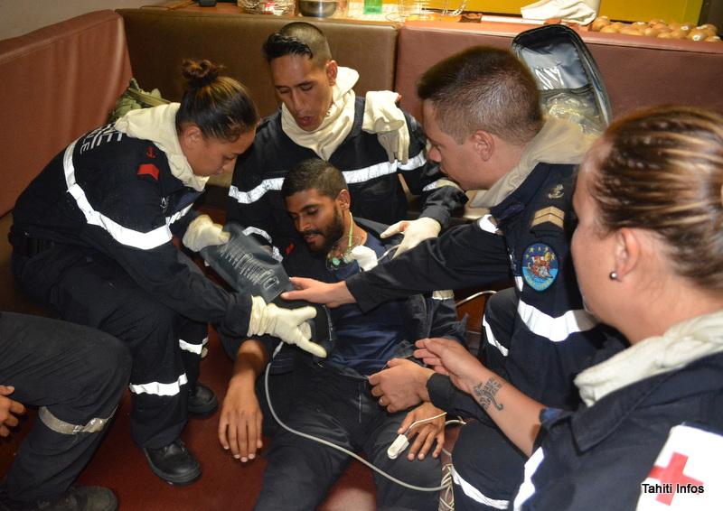 En pleine frénésie d'un exercice incendie, un pompier a simulé une fracture de la jambe pour tester le temps de réaction des brancardiers et du médecin.