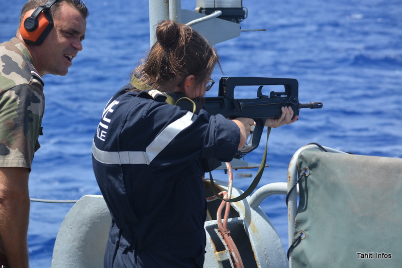 Les marins sont également des militaires, ils ont donc également des exercices de tir au HK (une arme de poing) et au Famas (un fusil d'assaut), dirigés par le maître d'armes (à gauche)