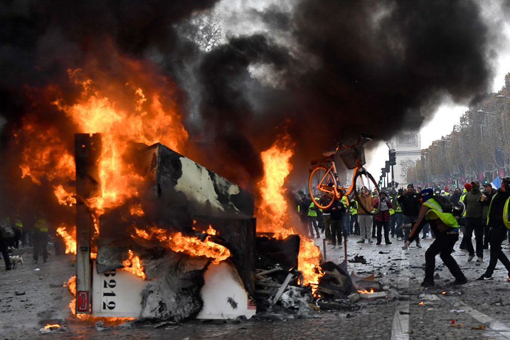 """""""Gilets jaunes"""": les blocages se poursuivent lundi, pénurie d'essence en Bretagne"""
