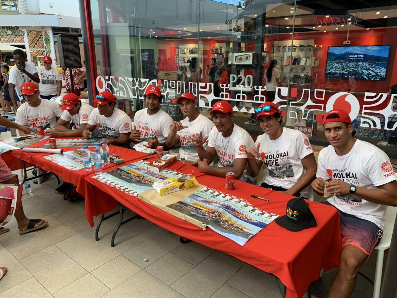 Shell Va'a en séance de dédicaces à la boutique Vodafone de Punaauia