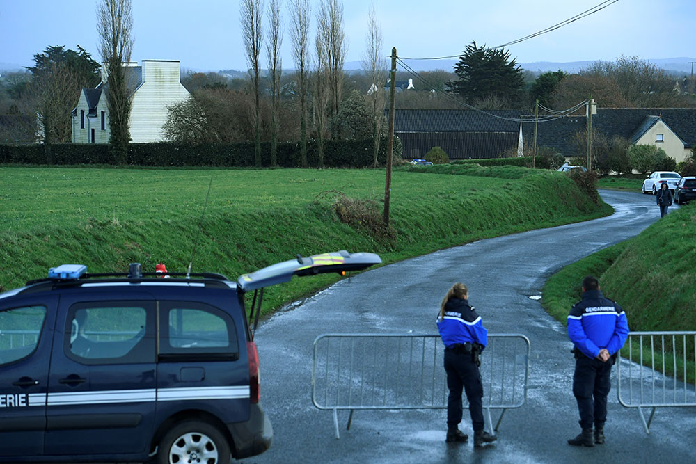Finistère: une femme et ses deux enfants morts étouffés, probablement par le père