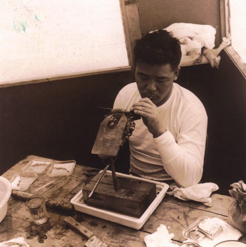 Churoku Muroi greffant les premières huitres de culture polynésiennes en 1961