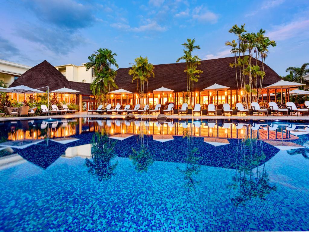 Le Sheraton Samoa Aggie Greys Hotel and Bungalows Apia avait été reconstruit grâce à un prêt de 2 milliards Fcfp du gouvernement samoan, qui n'a jamais été totalement remboursé.