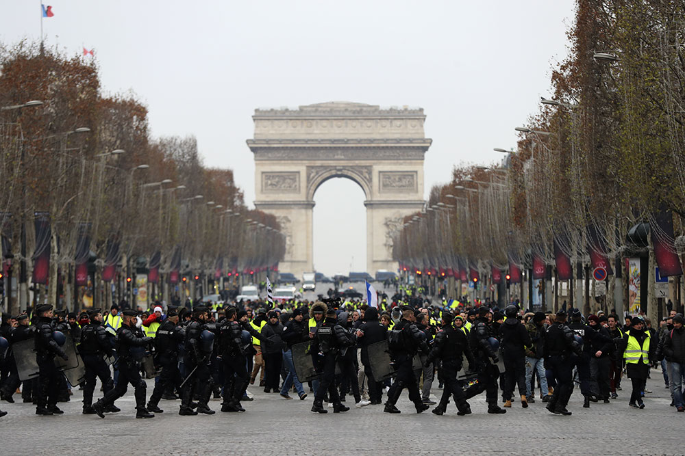 """""""Gilets jaunes"""": le gouvernement propose une prime de 300 euros pour les forces de l'ordre mobilisées"""