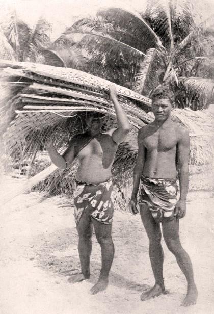 Plongeurs de nacres devant sa maison à Hikueru en 1915
