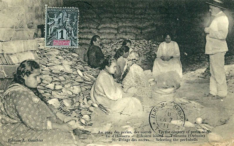 Le pesage des nacres à Hikueru en 1912. Photo Lucien Gauthier.