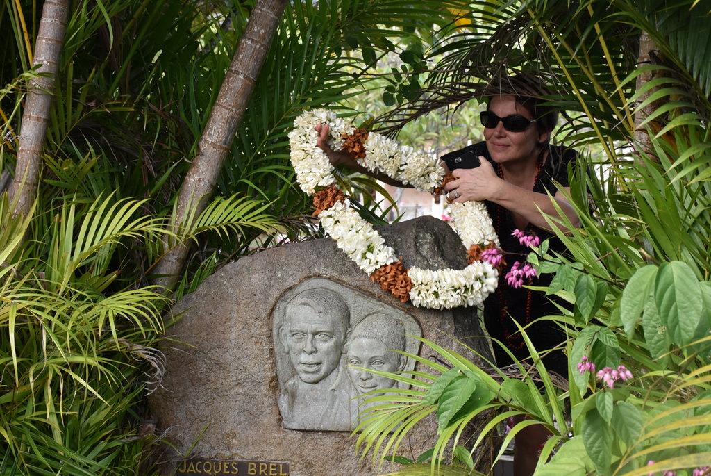 La ministre des Outre-mer, Annick Girardin, le 22 janvier 2018 lors de sa visite dans l'archipel des Marquises à Atuona, HIva Oa, sur la tombe de Jacques Brel.