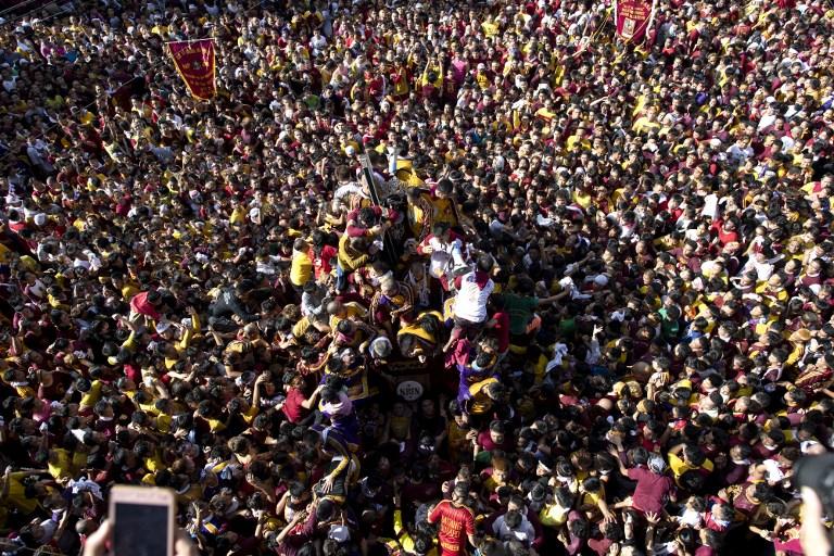 """Dans l'espoir d'un miracle, les catholiques philippins défilent avec le """"Nazaréen Noir"""""""