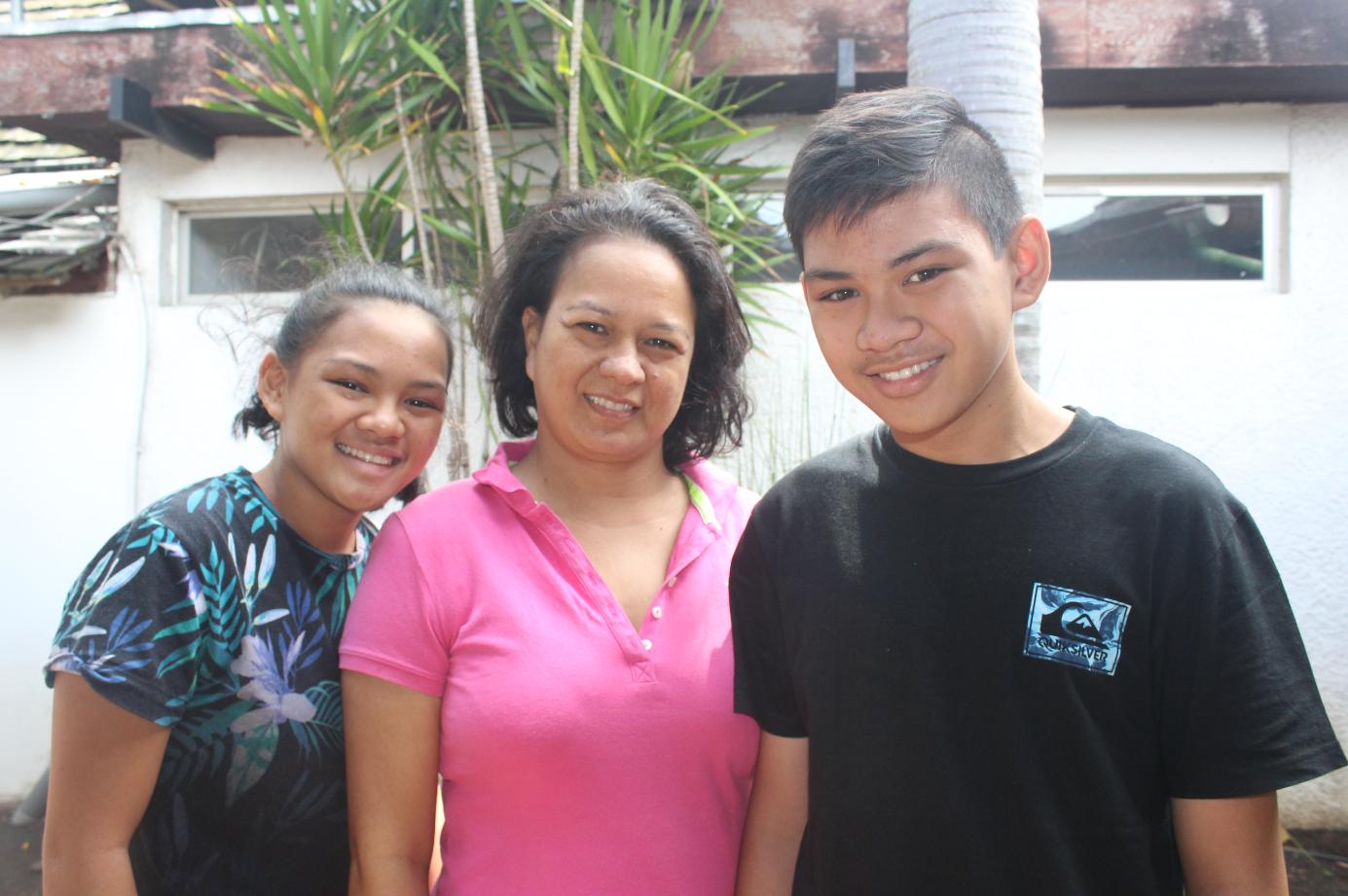 Yolande et ses deux enfants, Hinemanea et Heimarama.