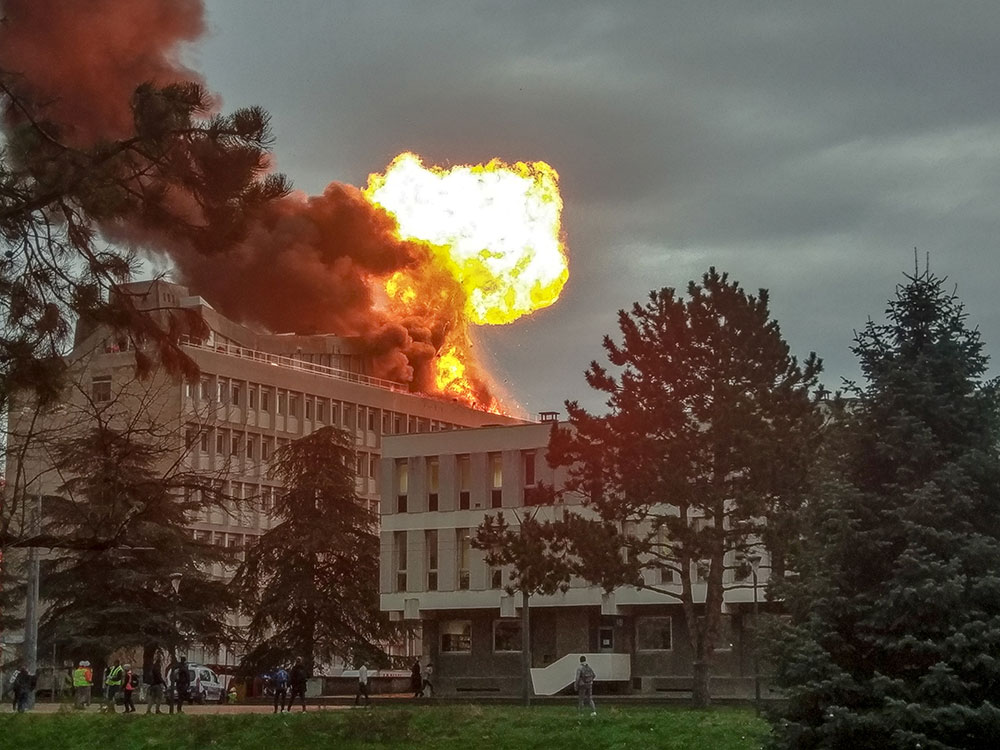 Villeurbanne: incendie et explosions spectaculaires sur le toit de l'université, trois blessés légers