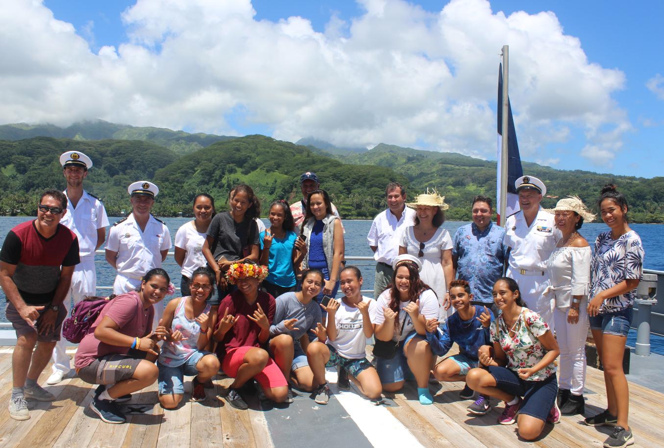 Une petite vingtaine d'élèves de 3e du collège sont montés à bord du bateau ancré dans la mythique baie de Hitiaa à la découverte de la Marine nationale.