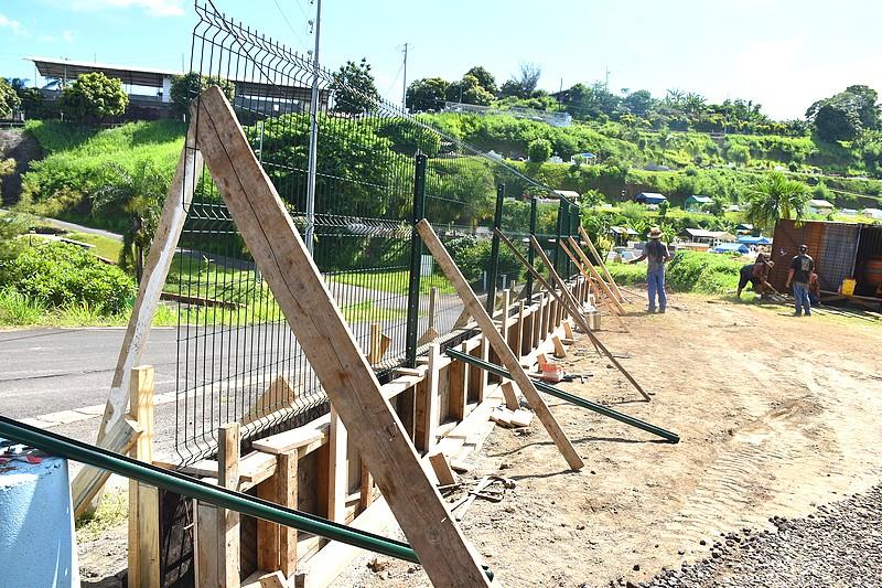 Il est prévu, entre autres, de construire une clôture en béton armé avec des grillages.