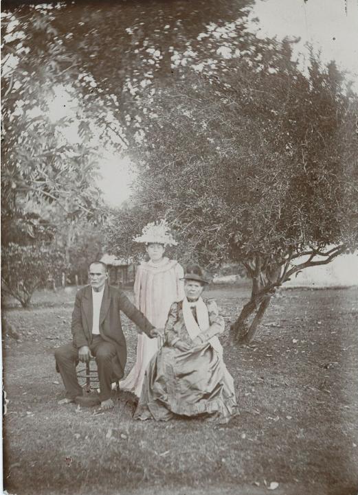 Sur cette photo datée de 1905, la reine Tamaeva V (à droite, assise) pose avec sans doute son époux et avec une jeune parente.