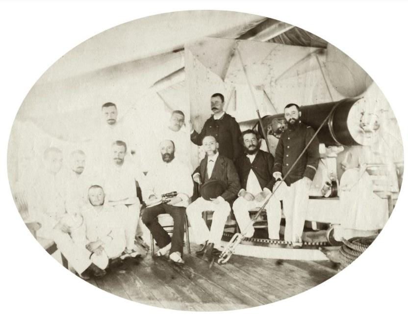 Le gouverneur Lacascade (3e à partir de la droite, assis) à bord du navire La Dives, lorsqu'il a intégré Rimatara au protectorat français en 1889.