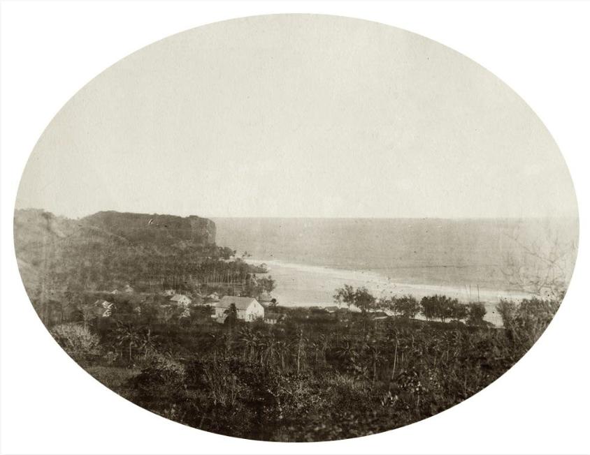 Une vue de Moerai, à Rurutu, en 1889, au moment où cette île et Rimatara intégrèrent le protectorat français.