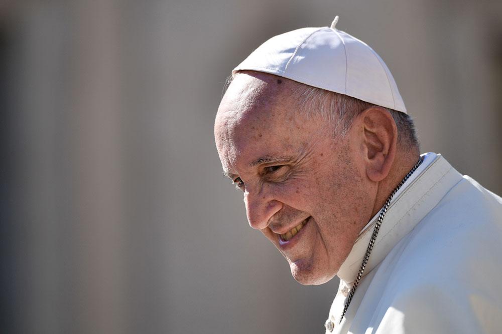 """Quand le pape chante joyeux anniversaire à une """"petite vieille"""" dans la foule"""