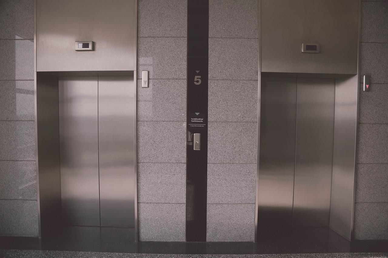 Une femme de ménage coincée 3 jours dans l'ascenseur d'un milliardaire à New York