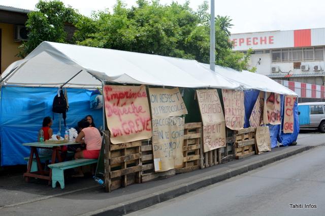 Le plan de continuation proposé par la direction de La Dépêche de Tahiti prévoit soit des licenciements économiques, soit une réduction du temps de travail. Il est censé éviter aux derniers salariés du groupe de subir le même sort que les salariés de l'imprimerie de l'entreprise. Après sa mise en liquidation, la vente des biens de l'entreprise, comme son immense rotative industrielle, n'a pas permis de verser d'indemnités de licenciement aux salariés.