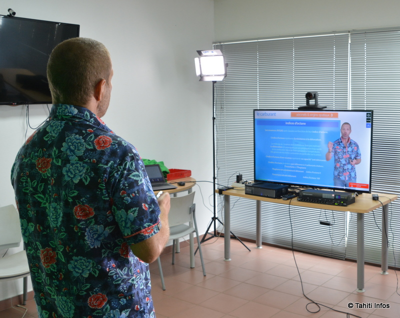 Cédric Le Ballois en train de filmer un de ses cours, qui sera mis en ligne.