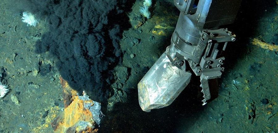 Les ressources minières des profondeurs océaniques constituent des réserves importantes de métaux (cobalt, fer, manganèse, platine, nickel, or, argent, cuivre, terres rares, etc.), mais elles sont généralement situées à des profondeurs variant de quelques centaines à plusieurs milliers de mètres, ce qui les rend particulièrement difficiles à explorer, encore plus à exploiter (Photo CNRS).