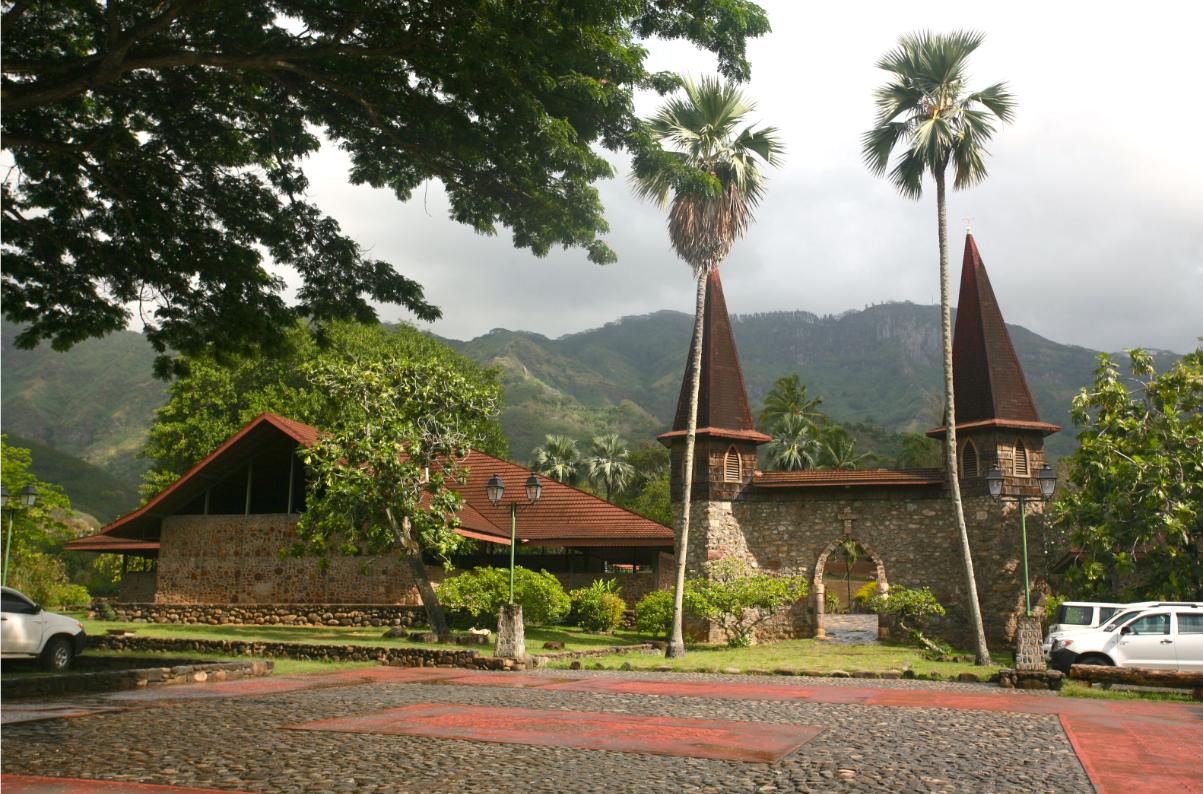 L'entrée de la cathédrale, avec son porche gothique, l'ouvrage étant situé sur la gauche de la photo.