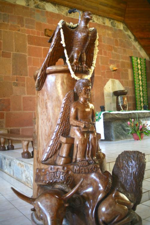 """L'ambon est le nom donné à la petite tribune où se fait la lecture des livres saints. On y distingue, un homme, un lion, un taureau et un aigle représentant """"la gloire de la parole vivante de Dieu""""."""