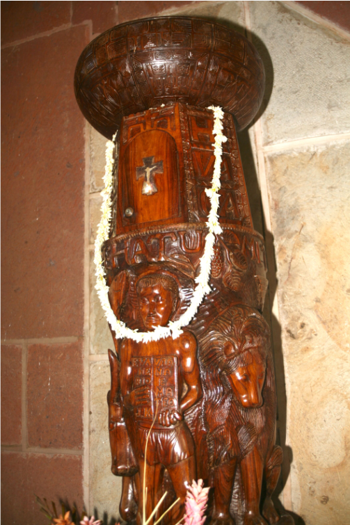 La plupart des sculptures en bois ont été taillées dans du tamanu, qui était, jadis, l'arbre sacré dont le bois était réservé à la fabrication des idoles. Les sculpteurs ont aussi largement utilisé le tou.