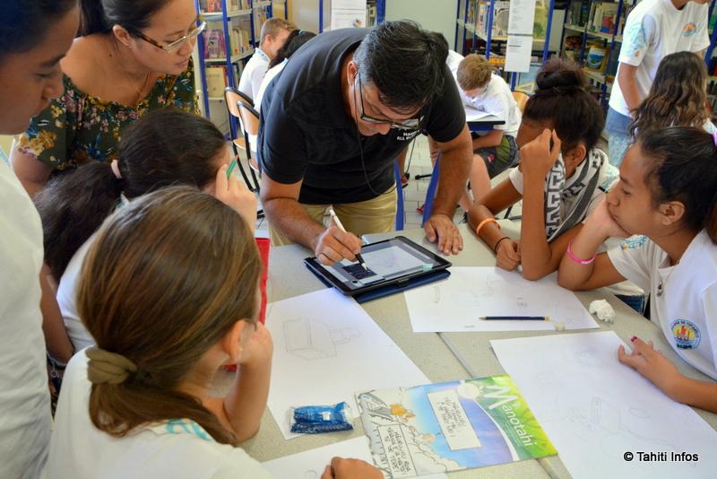 Regarder Munoz dessiner ses personnages emblématiques à main levée a passionné les élèves. Ils étaient aussi très curieux des outils modernes utilisés par l'artiste, comme sa tablette numérique équipée d'un stylet connecté.