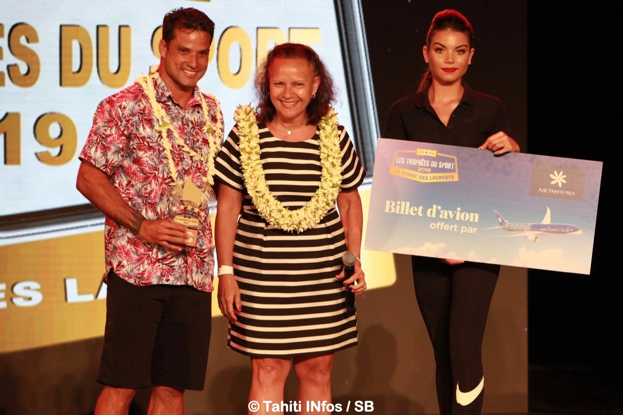 Michel Bourez a reçu le prix du meilleur athlète élite, remis par la Ministre Christelle Lehartel