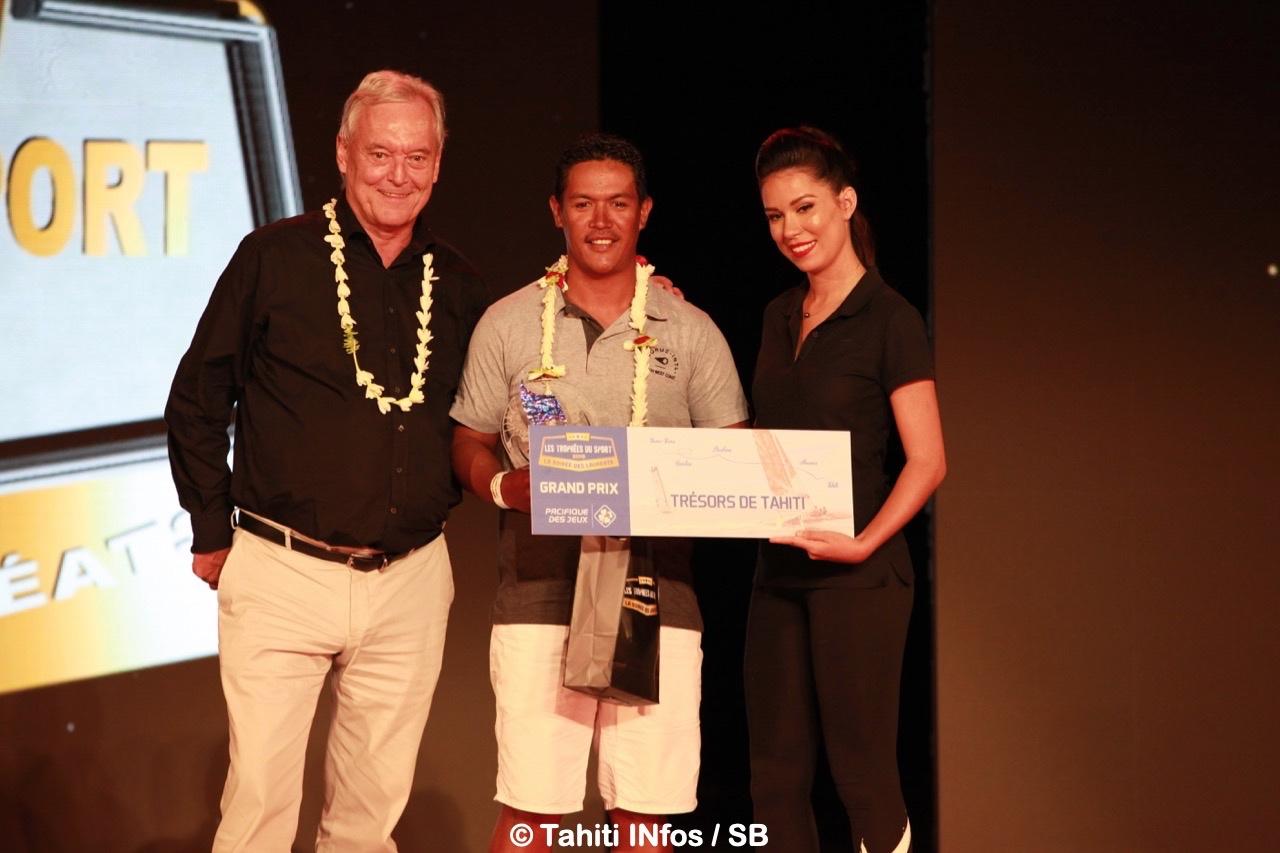 Le Prix spécial Pacifique des Jeux à Manutea Mahai, remis par Hughes Riedinger