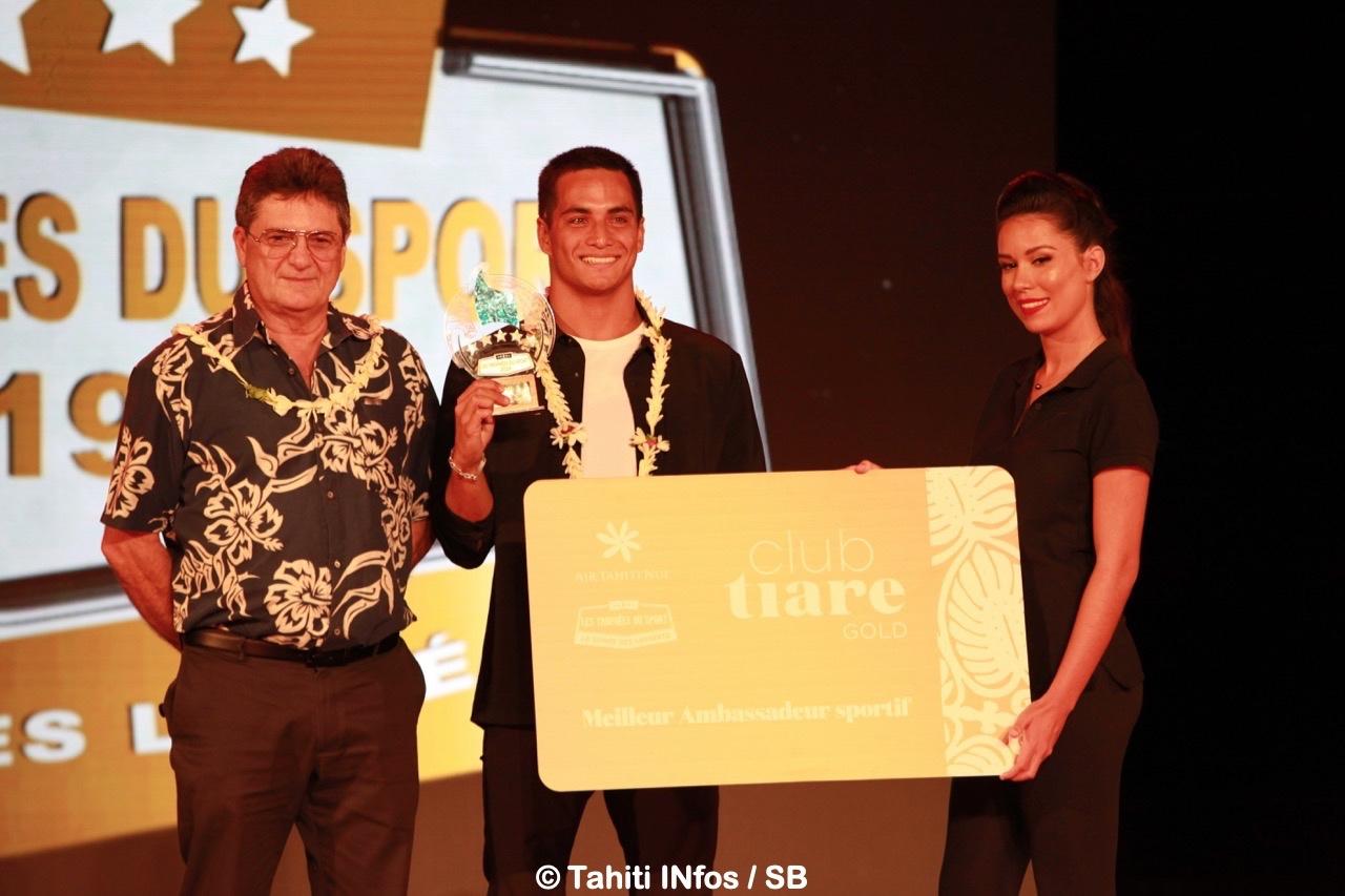Mihimana Braye, prix spécial Air Tahiti Nui du meilleur ambassadeur de la compagnie avec Michel Monvoisin, Pdg d'Air Tahiti Nui