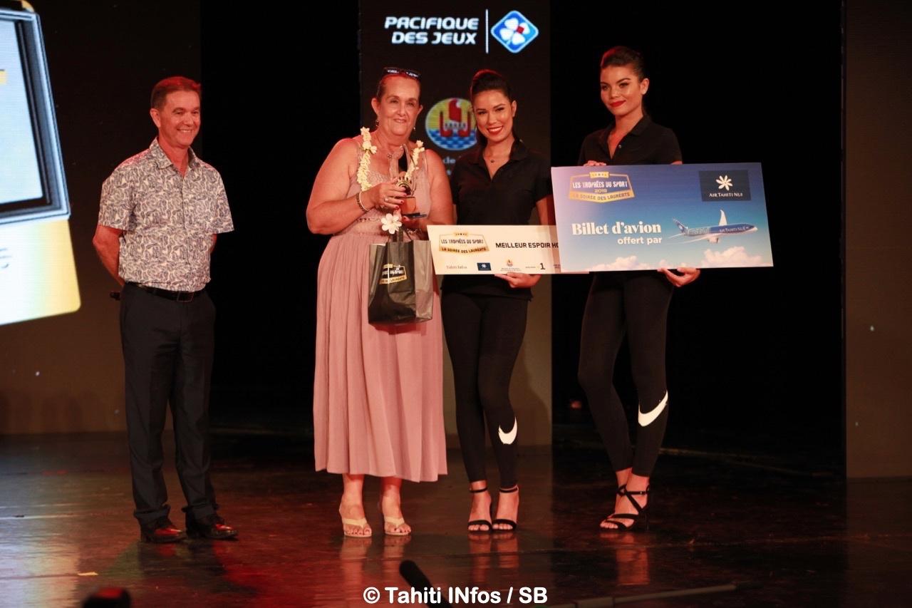 La mère de Moana Pito était là pour représenter son fils Moana, gagnant du Trophée du meilleur espoir