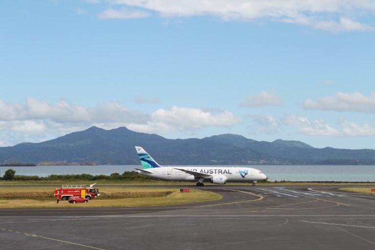 """À Mayotte, un """"réseau de passeurs"""" de clandestins à l'aéroport impliquant des agents de la PAF"""