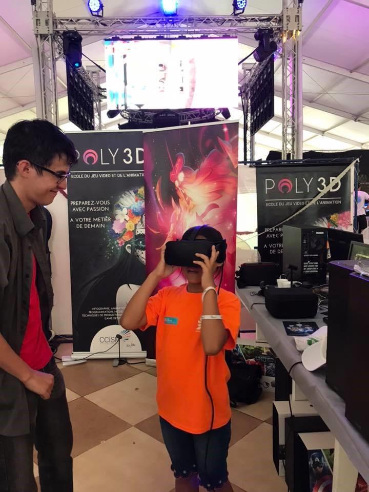 Pour le Digital Festival Tahiti 2018, les étudiants ont créé une expérience en réalité virtuelle complètement autonome qui permettait aux visiteur de visiter une vallée remplie de dinosaures !