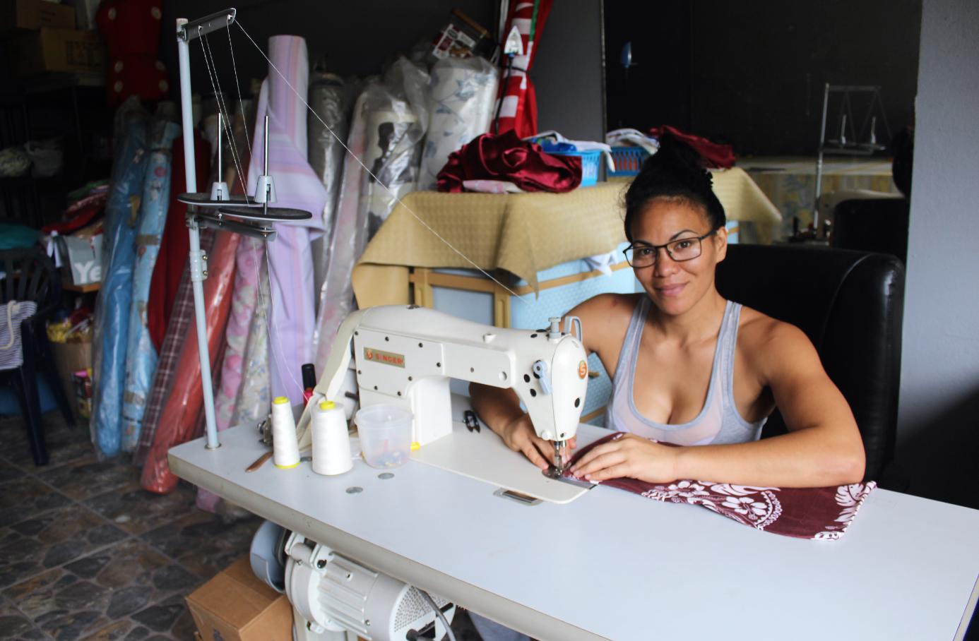 Edith Tavanae est spécialisée dans le relooking de tissus d'ameublement.