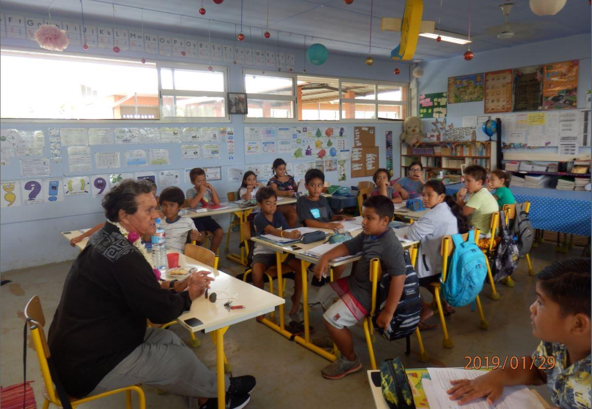 John Mairai, lors de son intervention devant les élèves de la classe de CM2-3 de l'école Saint-Hilaire.