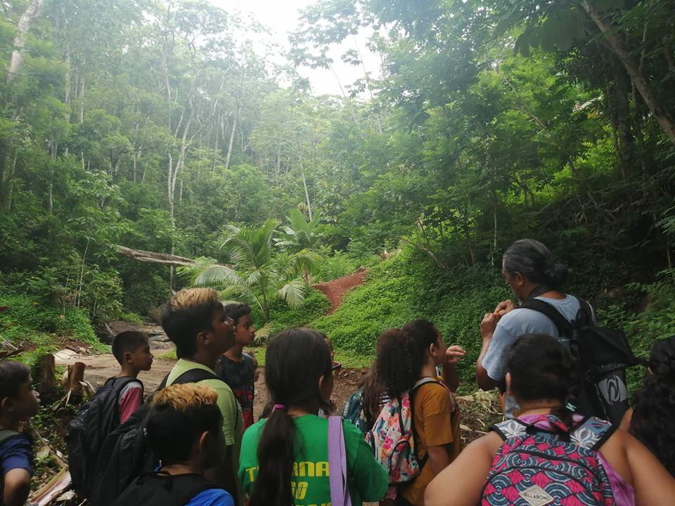 Cette semaine sur le thème de l'histoire et patrimoine s'est achevée sur une visite du marae et de la vallée de Hamuta guidée par Sunny Walker.